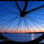 bici sul molo tramonto