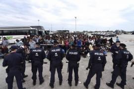 L'Ue promette: accoglieremo 100mila migranti .Scontro coi Paesi balcanici al vertice di Bruxelles