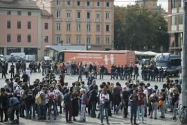 A Bologna contromanifestazione 'frena' il bus arancione 'anti gender'