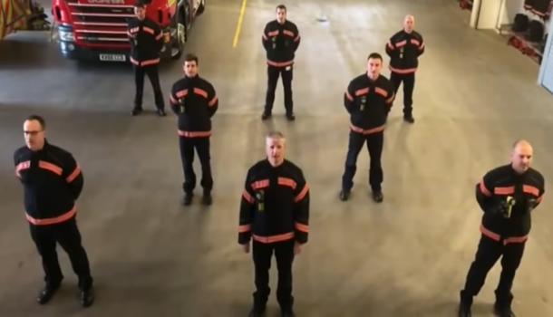 I pompieri inglesi cantano Bella Ciao